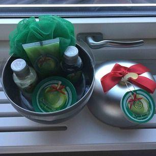 Oanvänt present-set från The Body Shop. Doft av äpple som luktar jättegott.