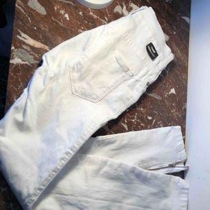 Väl använda skinnyjeans från dr denim! Inga missfärgningar trotts att dom är vita. XS i byxor är för smått för mig därför säljer jag dessa. Ballt med blixtlås längst ner! Skulle säga att skicket är 6eller 7/10, 40kr i snabb affär