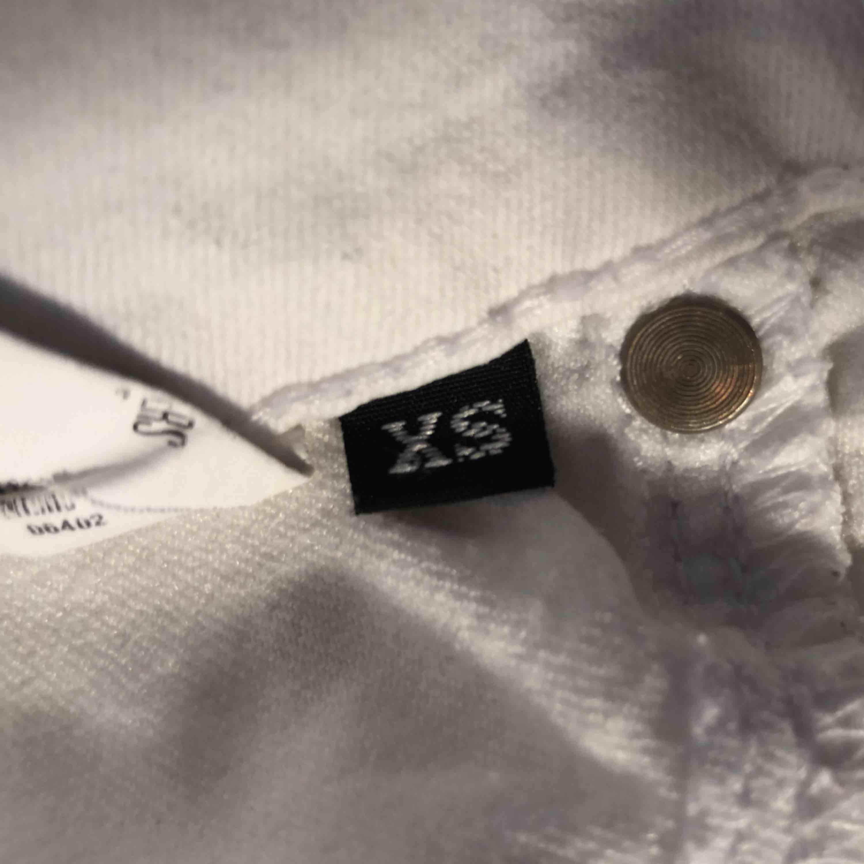 Väl använda skinnyjeans från dr denim! Inga missfärgningar trotts att dom är vita. XS i byxor är för smått för mig därför säljer jag dessa. Ballt med blixtlås längst ner! Skulle säga att skicket är 6eller 7/10, 40kr i snabb affär. Jeans & Byxor.