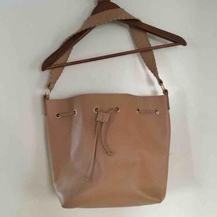 Snygg väska som sälja pga den används för lite. Är något sliten i remmarna men endast lite. Frakt ingår ej💘