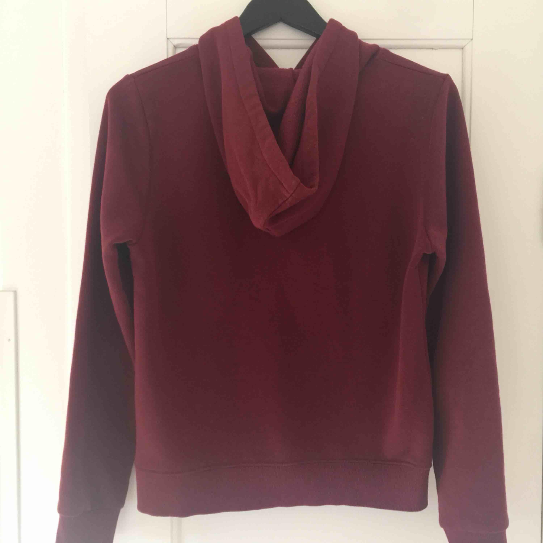 Vinröd hoodie. Använd fåtal gånger.. Huvtröjor & Träningströjor.
