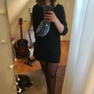 Enkel svart klänning med kedjedetaljer där nere. Köparen står för frakt, men jag tar swish. Katten är inte till salu ;)