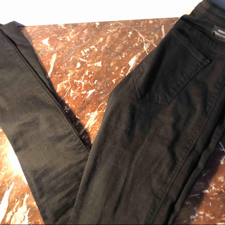 Fick i present men tyvärr fel storlek! Värde av 500kr och dom är aldrig någonsin använda. Svarta vanliga tighta från dr denim, väldigt simpla och kan användas till alla outfits! Medelhögmidja!. Jeans & Byxor.
