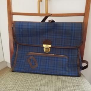 Skolväska/ryggsäck från 60talet i jättefint skick, den lilla dragkedjan krånglar lite annars inga fel