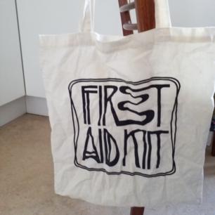 First aid kit-tygpåse, fint skick men fläck på baksidan (går säkert bort)