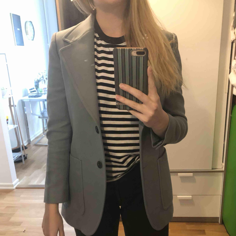 Jättefin med snygga axelvaddar. Är stl 34 men passar mig som är en normal S :) . Kostymer.