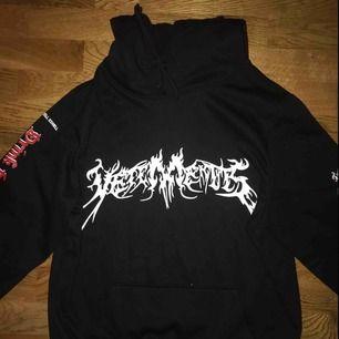 Vetements total fucking darkness hoodie. Sjukt fet med snyggt inbroderi på luvan. Kan fraktas:)