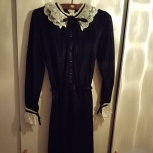 Superfin vintageklänning med många detaljer. Överdelen är lite transparant med ett fint mönster, skärp i midjan och snörning i hals och vid ärmslut!