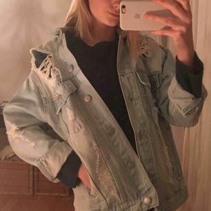 Ljusblå OVERSIZED jeansjacka med slitningar ifrån Junkyard. Såå snygg nu till våren!! Köptes för ca 500kr🦋🦋Har tyvärr inte fått användning av den och därav i jätte fint skick!💙