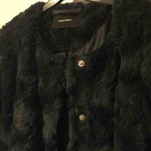 Jättefin grön imitations pälsjacka från Vero Moda! Säljer pga att den inte kommer till användning, jättefint skick! Köparen står för frakt(: