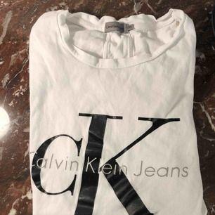 Äkta Calvin Klein T-shirt som aldrig kommer till användning! Simpel och passa till allt! Köpt för 600kr i nypris