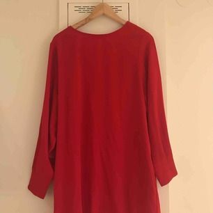 Klarröd långklänning från Mango. Aldrig använd, med prislapp. Jättesnygg!!!