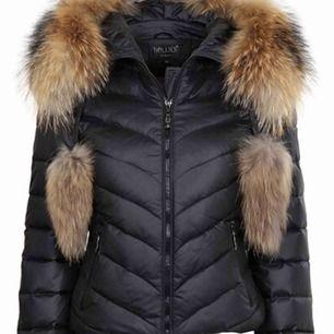 Säljer en jätte fin Hollies jacka Aspen, väldigt bra skick använd ca 1 vinter Skriv om du vill se bilder på jackan!
