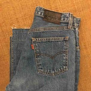 Levi's jeans köpta på beyond retro. Finns ingen storleks lapp men skulle gissa att de passar en M eller lite mer baggy på en strl S. Knappt använda, säljer pga för korta på mig.