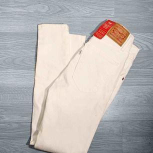 Nya vita högmidjade Levis jeans storlek 24. Nypris 999kr Frakt kostar 55kr extra, postar med videobevis/bildbevis. Jag garanterar en snabb pålitlig affär!✨
