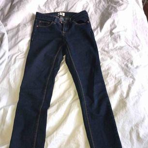 Mörkblå jeans från Gina tricot knappt använda