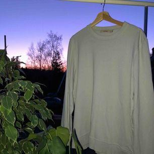 En tunnare långärmad tröja Fit: rak men lite längre ärmar Cond: 8/10 (lappen har lossnat på ena sidan) Färg: isblå/grå