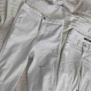 2 st vita jeans låg och högmidjade. Storlek xs i båda! De till vänster är från Ginatricot och är högmidjade,med hål vid knäna men även där bak! Materialet är väldigt stretchingt. De till höger är från Bikbok och är lågmidjade stretchiga jeans.