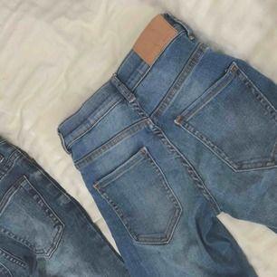 2 styckna stretchiga jeans. Lågmidjade modeller. Frakt tillkommer! Kolla gärna in mina andra plagg;)