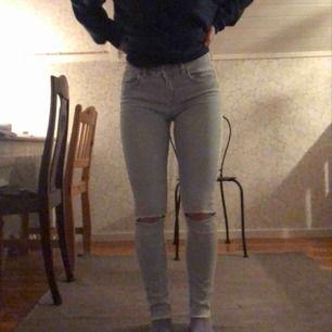 Superfina jeans ifrån Gina, slitningar längst ner! Frakt tillkommer! Normal midja, jag brukar vanligtvis ha 36 på jeans så dessa är nog en aning mindre i storleken, dom är ganska stretchiga!