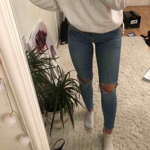 Snygga ljusblåa jeans ifrån Gina Tricot i modellen Lisa, litet hål som du ser på bilden men det är inget som man ser,