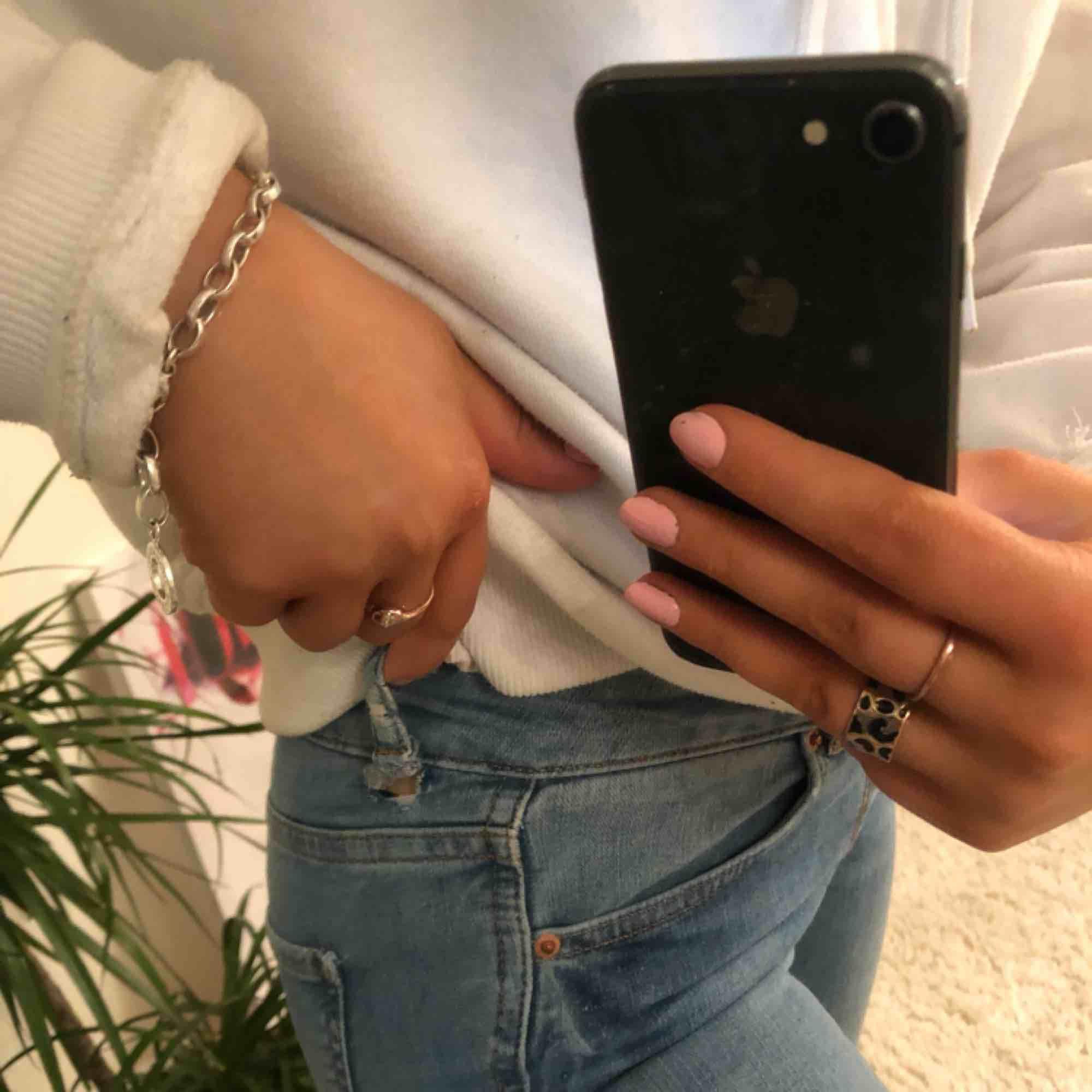 Snygga ljusblåa jeans ifrån Gina Tricot i modellen Lisa, litet hål som du ser på bilden men det är inget som man ser, . Jeans & Byxor.