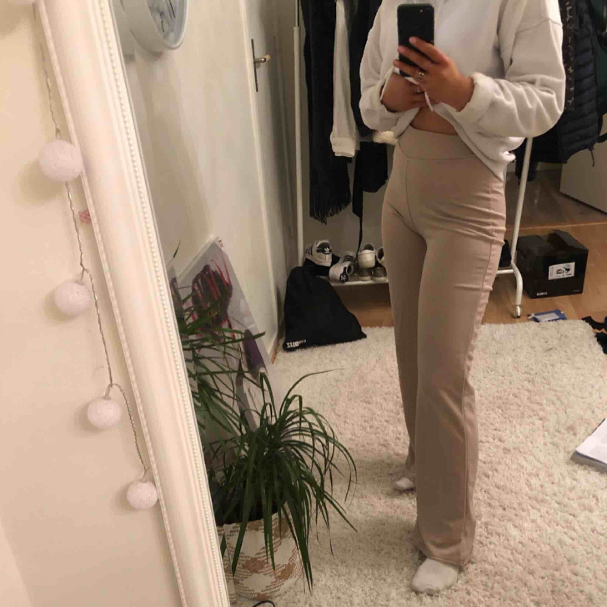 Jättefina och sköna byxor ifrån Nelly, funkar både till fest och vardags, säljer dessa pga att jag tyvärr inte får nån användning för dem, byxorna är väldigt sparsamt använda och är i ett väldigt bra skick, färgen är en blandning av ljusrosa och beige  . Jeans & Byxor.