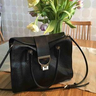 Klassisk, supersnygg väska från Italienska modehuset Coccinelle, en Arlettis tote bag. Helt slutsåld! Nypris 4300kr, inköpt 2014, Harrods London. Väl omhändertagen så mindre skönhetsfel men inget som syns utan lupp.