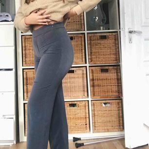 Gråa Supersköna raka kostymbyxor, endast använda 1 gång.