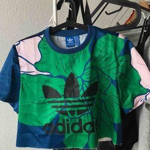 Kroppad adidas t-shirt i superfint mönster, med silkes liknande material.
