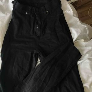 Svarta high waist Dr denim jeans. Superstretchiga och sköna.