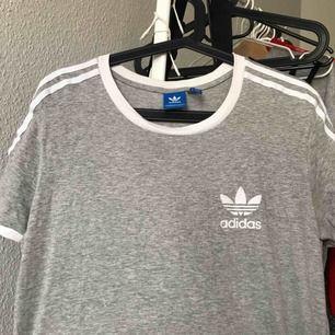 Grå Adidas T-shirt, knappt använd.