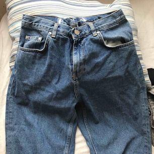 Jeans från bikbok. Jag har sytt in ett gummiband i midjan (se bild 2)  som gör att dom är elastiska i midjan, men såklart är det inget som syns.