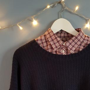 Skjortan undertill är storlek 38 från gina & figursydd. Tröjan över är en stickad, tjock tröja från etirel i storlek L. Fint skick! 150 för båda eller 75 för skjortan & 100 för tröjan.