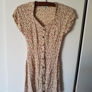 Jättesöt vintageklänning med körsbärsmönster