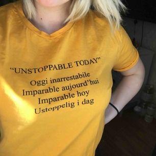 En gul/orange tshirt med tryck ifrån zara. Snygg både för sig själv men också över en hoodie eller vanligt långärmad tröja. Använd 1 gång.