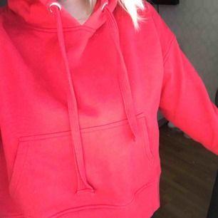 En röd mysig hoodie från Cubus. Tröjan är lite fyrkantig i modellen vilket är en sjukt snygg detalj.