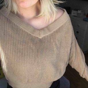En beige stickad tröja från Gina Tricot, jättefin och mysig. Den har en fin urringning och kan vara ligg shoulder vilken är en så fin detalj till en vanlig stickad tröja.