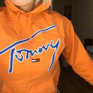 En jättesnygg orange hoodie från tommy hilfiger. Den är köpt från junkyard för ca 900kr och är använd fåtal gånger så den är i fint skick.