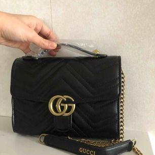 Gucci väska i mini storlek.  Inte äkta  Remman 120cm  Väskan storlek : mini 21 cm