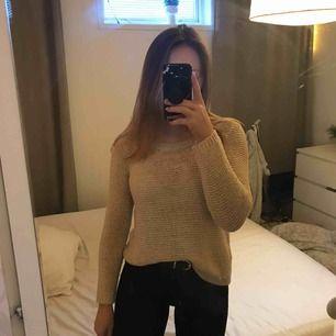 Från DEVIDED, köpt på H&m. Jättefin stickad tröja till vardags!😽 står XS men är stretchig och passar mig som har S! köpare betalar fraktkostnader! Hör av dig om du undrar nåt💗