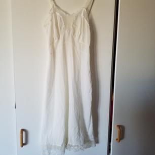 Jättefint vintagenattlinne/klänning, har någon fläck i nederkant som syns på bild men går säkert att tvätta bort