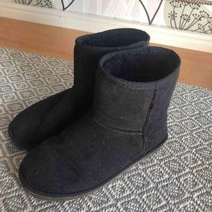 Ugg-inspirerade skor i strl 37, passar också 38! Inte mycket använda så fint skick. Kan mötas upp i Norrtälje och kan tas till centrala Sthlm vid tillfälle💕