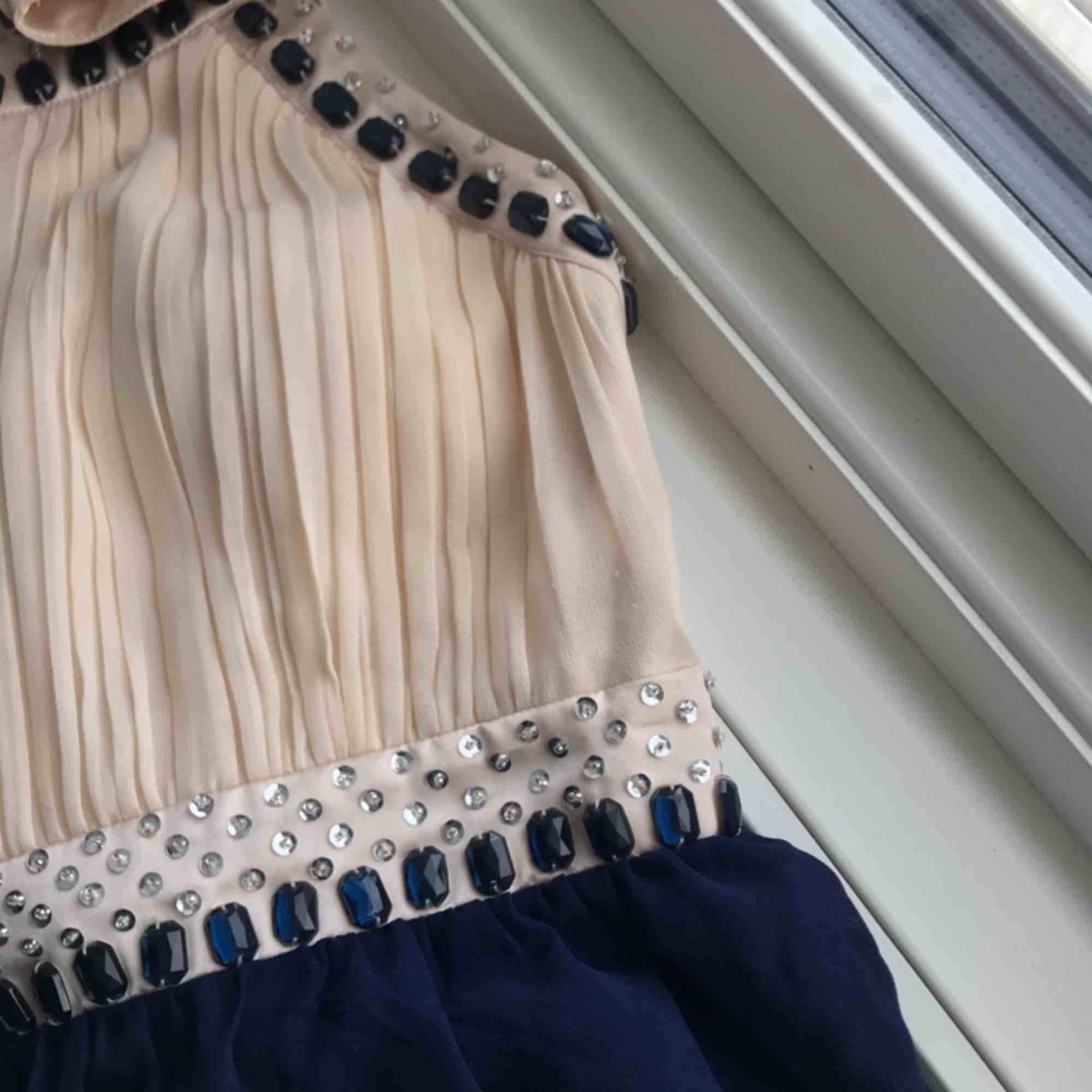 Jättefin balklänning med fina detaljer🥰🥰köpt på bubbleroom för 799kr. Endast använd en gång, köparen betalar frakt!! Skriv för fler bilder🤩 priset kan diskuteras vid snabb affär<3. Klänningar.