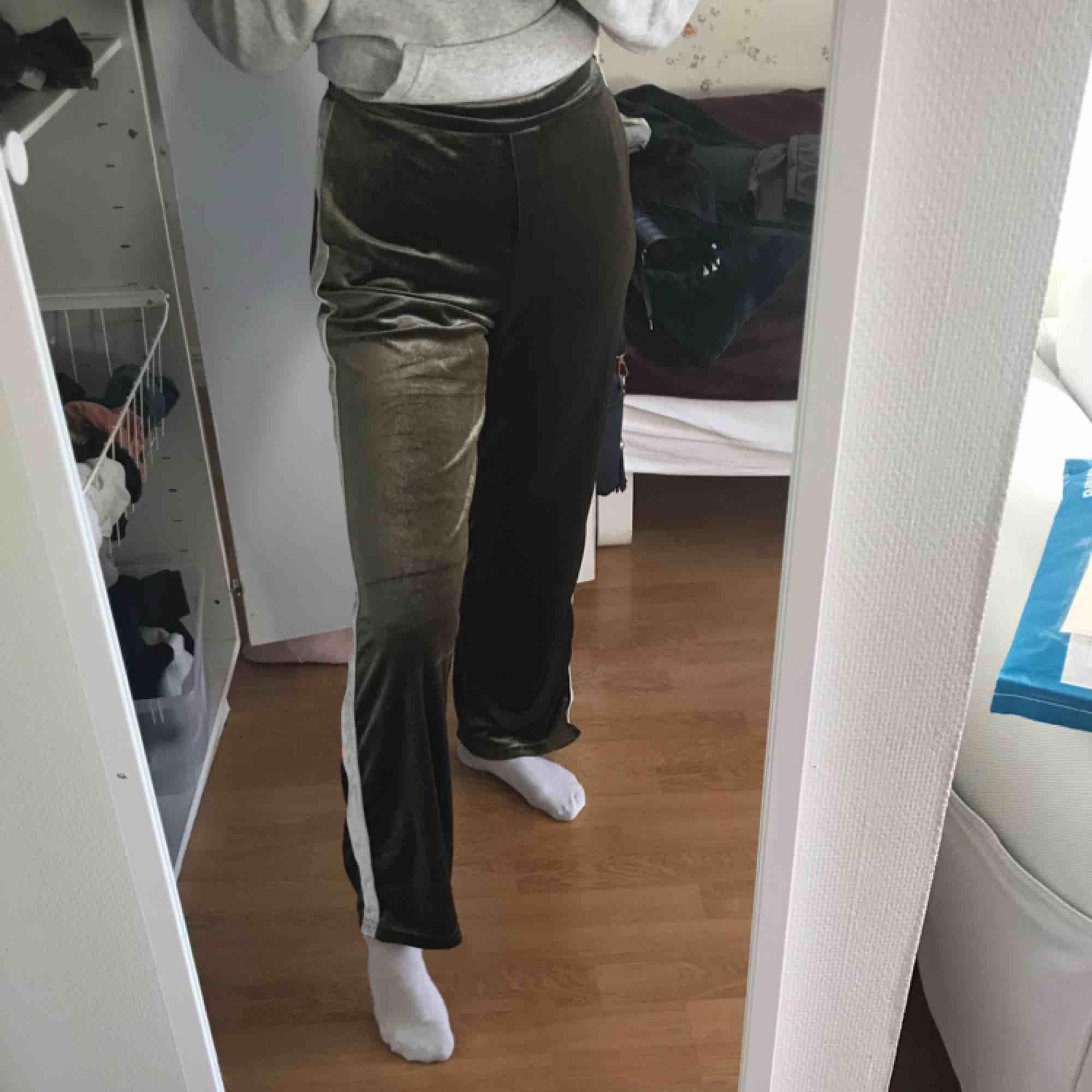 Byxor från Ivivi! Gröna med vit revär i sammetstyg! Inte så tjocka och tunga, utan passar bra nu i vår! Storlek S men passar större då de är stretchiga. Jeans & Byxor.