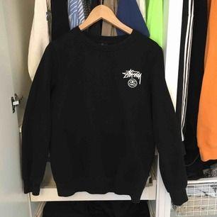 En svart stüssy tröja, storleken är som S, pris kan diskuteras