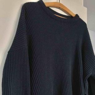 Mörkblå, stickad tröja från Monki, lite oversize och med små slitsar i sidan. Köparen står för eventuell frakt🌼