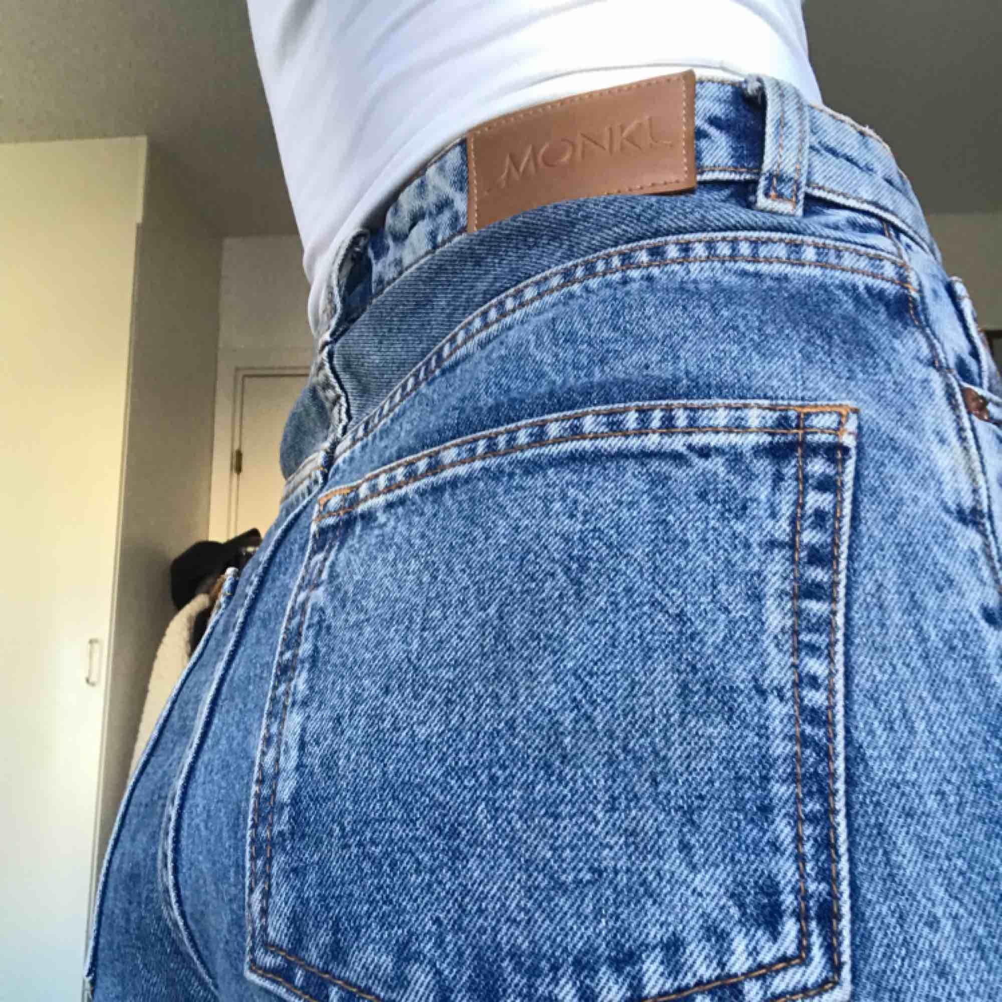 Jeans från Monki, mom-modell. Köparen står för eventuell frakt🌼. Jeans & Byxor.