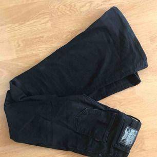 Svarta bootcut-jeans från crocker i fint skick!
