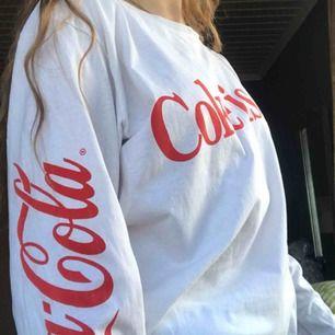 """Coca-Cola tröja köpt på Pull&Bear. Röda Coca-Cola loggan finns på båda ärmarna, och texten """"Coke is  it!"""" på bröstet. Superskönt material och passform!! Relativt oversize fit. Köpare står för frakt! (:"""